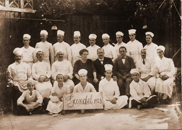 Gundel Károly és felesége szakácsok körében, 1923 (Gundel szakácskönyv)