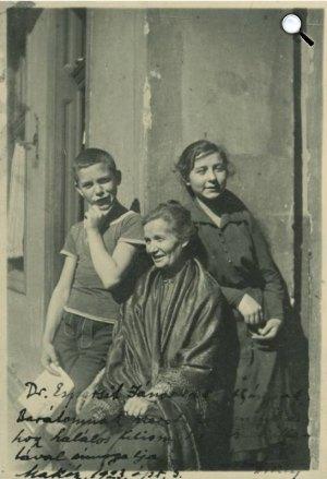 József Jolán fotója (?): József Áronné (Mama) gyermekeivel: Attila és Etelka, 1919 (fotó: PIM)