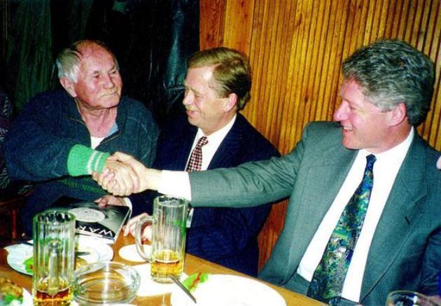 Bohumil Hrabal, Vaclav Havel és Bill Clinton sörözik az Arany Tigrisben, Hrabal törzshelyén (Fotó: radio.czi)