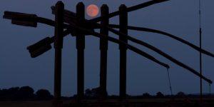 Szuperhold (Holdfelkelte) a Hortobágy közeléből (MTI Fotó: Czeglédi Zsolt