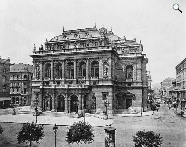 A Magyar Királyi Operaház Ybl Miklós tervei alapján épült. 1884. szeptember 27-én nyílt meg. 1897 (Fotó: MEK/OSZK)
