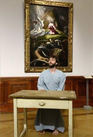 Textura 2014, Szépművészeti Múzeum, Simon Kornél  Jókai Anna: Alvó tanítvány című művét adja elő El Greco: Krisztus az Olajfák hegyén című képe előtt (MTI Fotó: Soós Lajos)