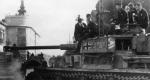 Német Panther. A harckocsik menetben Debrecenben a Piac utcán. Háttérben a csonkatemplom, 1944. október (Fotó: Bundesarchív)