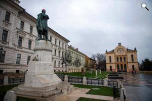 Mikulás-sapkát kapott a Kossuth-szobor Pécsen (MTI Fotó: Sóki Tamás)