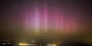 Sarki fény (aurora borealis) a dobogókői kilátóból fotózva 2015. március 18-án. (MTI Fotó: Mohai Balázs)