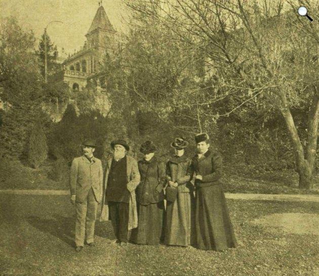 Zsolnay Vilmos keramikusművész és családja a pécsi telep parkjában (Fényképész: Morelli Gusztáv/Vasárnapi újság, 1900))