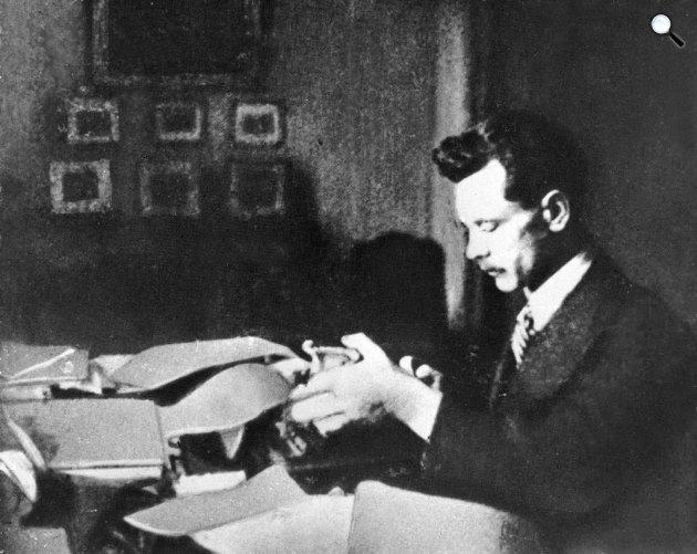József Attila ír, 1932 körül (Forrás: PIM)