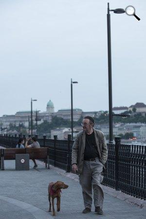 Szacsvay László, a nemzet színésze Budapesten, a Széchenyi rakparton kutyájával (MTI Fotó: Kallos Bea)