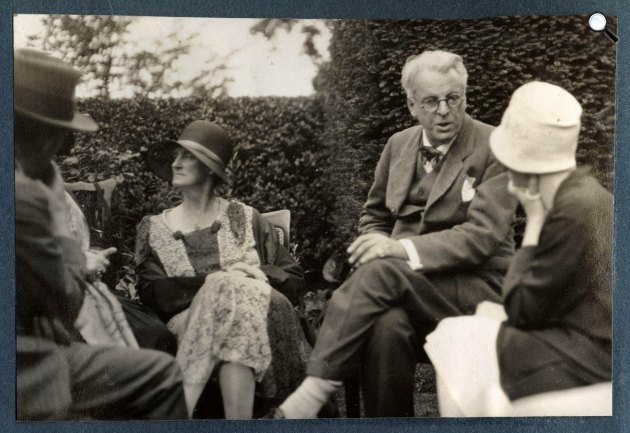 Walter de la Mare, Georgie Hyde-Lees Yeats, William Butler Yeats, ismeretlen nő 1930 nyarán (Fotó: Lady Ottoline Morrell)