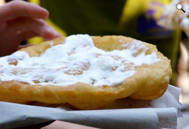 Magyar tejfeles lángos, street food (Fotó: Food Network)