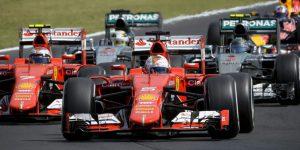 Az élen Sebastian Vettel, a Ferrari csapat német versenyzõje, mögötte csapattársa a finn Kimi Räikkönen (b), a világbajnoki címvédõ Lewis Hamilton, a Mercedes csapat brit versenyzõje (b2) és csapattársa a német Nico Rosberg a Forma-1 30. Magyar Nagydíján a Hungaroringen 2015. július 26-án. (MTI Fotó: Czeglédi Zsolt)