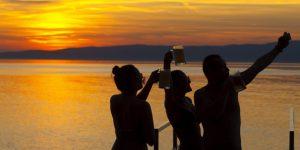 Naplemente sörrel a Balaton partján, Fonyód (MTI Fotó: Varga György)