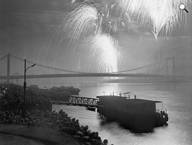 Augusztus 20-i tűzijáték, háttérben az Erzsébet híd, 1978 (Fotó: Fortepan)