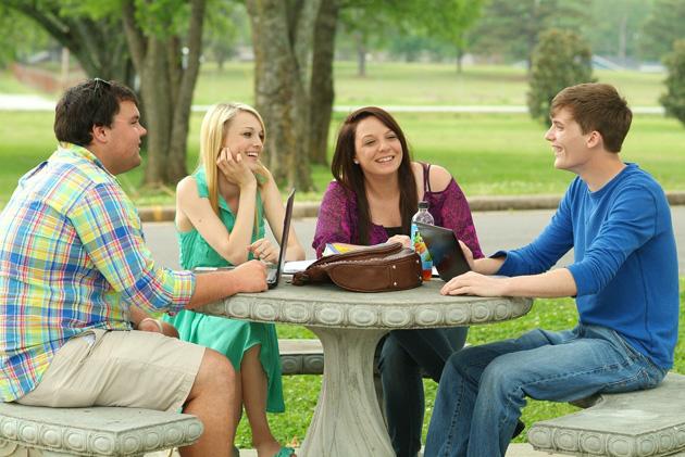 Fiatalok, barátság, egyetemisták, beszélgetés