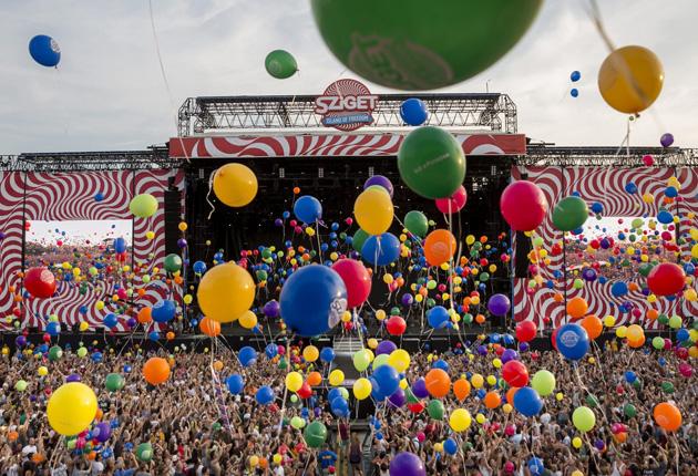 Sziget fesztiválon léggömbök 2015. augusztus 10-én (MTI Fotó: Mohai Balázs)