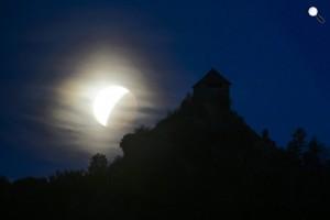 Holdfogyatkozás látszik a salgói vár mellett, Salgótarján, Salgóbánya, 2015. szeptember 28-án (MTI Fot