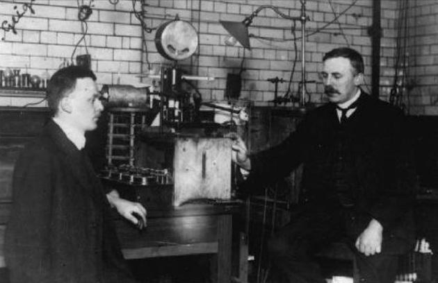 Hans Geiger és Ernest Rutherford (Fotó: Wikipédia)