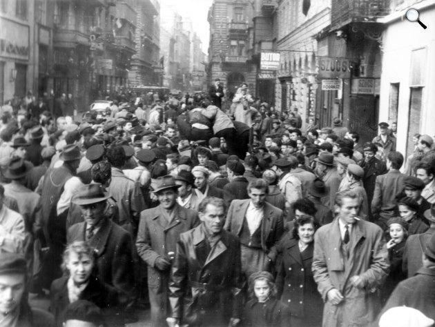 1956-os forradalom. Akácfa utca a Rákóczi út felől. Budapest (Fotü: Fortepan)