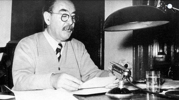 Nagy Imre, a parlamenti rádióstúdióban, 1956  (Fotó: nagyimreemlekhaz.hu)