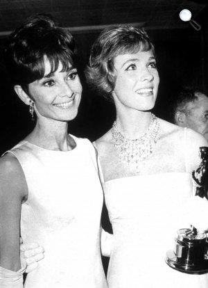Audrey Hepburn és Julie Andrews 37. Oscar-díjátadón, 1965 (Fotó: listal.com)