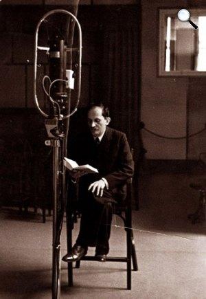 Babits Mihály a rádioban az Esti kérdést olvassa, 1930-as évek második fele (Fotó: OSZK)