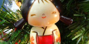 Karácsonyi kokeshi baba (Fotó: Kokeshi Designs)