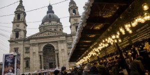 Adventi vásár és szilveszteri forgatag a Szent István-bazilika előtti Szent István téren (MTI Fotó: Balogh Zoltán)