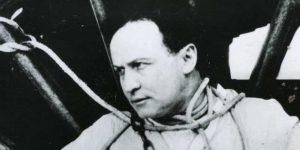 Harry Houdini bilincsben, kikötve (Fotó: Wikipédia)