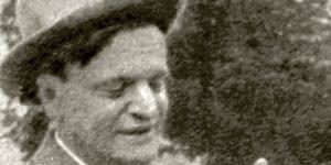 Karinthy Frigyes (1887-1938)  író kezében kiscsirke, 1929 (Fotó: PIM)