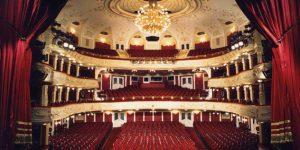 Vígszínház színpada és nézőtere, vörös függöny, Budapest (MTI Fotó)