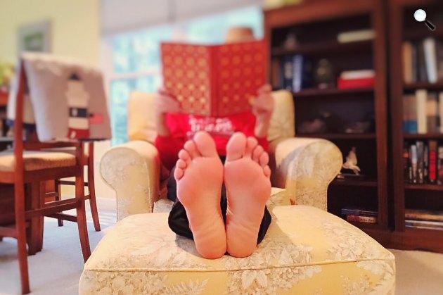 Könyvet olvasó nő (Fotó: Pixabay)