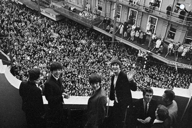 A Beatles és a rajongók (Fotó: listal.com)