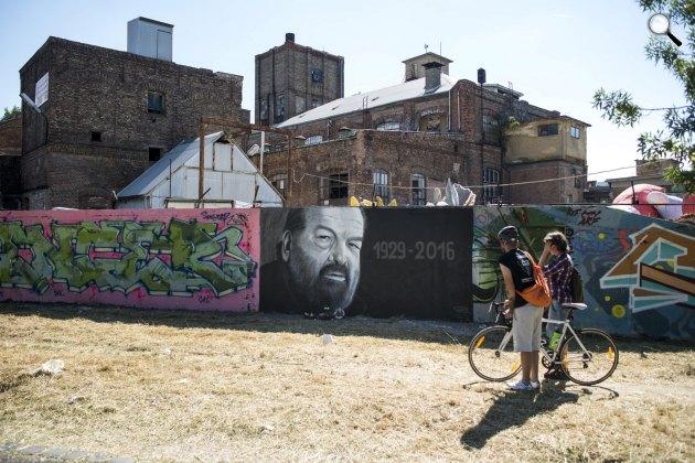 Taker graffitije: Bud Spencer (Carlo Pedersoli) olasz úszó, vízilabdázó és színész portréja, a budapesti Filatorigátnál, 2016 (MTI Fotó: Marjai János)