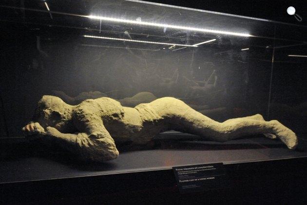 Az ókori Pompejiben a Vezúv kitörésekor életét vesztő, várandós nőről készült gipszöntvény a szegedi Móra Múzeumban (MTI Fotó: Kelemen Zoltán Gergely)