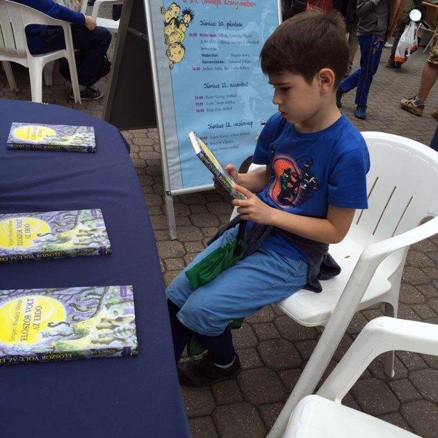 Egy fiatal olvasó az Ünnepi Könyvhéten, 2016 (Fotó: Sebestyén Dávid)