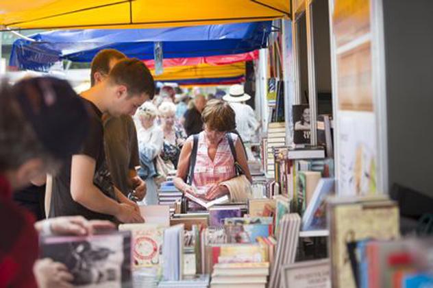 87. Ünnepi Könyvhét és 15. Gyermekkönyvnapok a Vörösmarty tér (MTI Fotó: Mohai Balázs)
