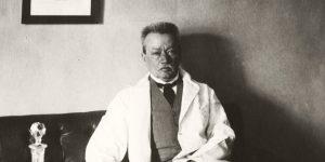 Korányi Sándor professzor, egyetemi tanár, Pázmány Péter Tudományegyetem (ma Semmelweis Egyetem) III. sz. Belgyógyászati (ma Urológiai) Klinika, a professzori szobában, 1922 (Fotó: Fortepan)