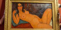 Amedeo Modigliani Fekvő akt kibontott hajjal című festménye kicsomagolás után a Magyar Nemzeti Galériában (MNG), Budapesten (MTI Fotó: Szigetváry Zsolt)