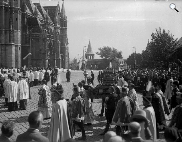 Szentháromság tér. Szent István évi ünnepi felvonulás a Szent Jobbal, Budapest, 1938 (Fotó: Fortepan)