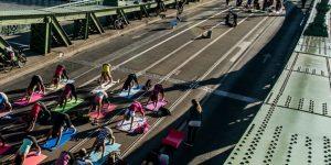 Jógázók a Szabadság hídon, Budapest, 2016. július (MTI Fotó: Balogh Zoltán)
