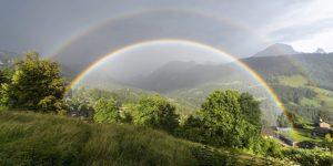 Kettős szivárvány ragyog a Svájc délnyugati részén fekvő Gryon közelében július 27-én. (MTI/EPA/Anthony Anex)
