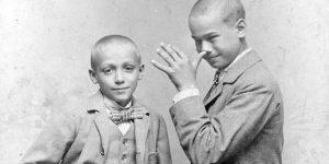 Viccelődő fiúk, 1909 (Fotó: Fortepan)