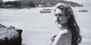 Brigitte Bardot topless napozik Cannes-ban (Fotó: listal.com)