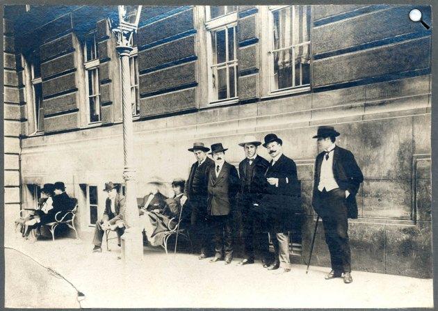 A Vígszínház előtt állnak középen: Heltai Jenő, Faludi Jenő, Erényi Nándor és Faludi Miklós, Budapest, 1905 (Fotó: OSZK)