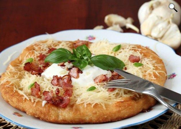 Street food, étel, sonkás-tejfölös lángos (Fotó: pixabay.com)