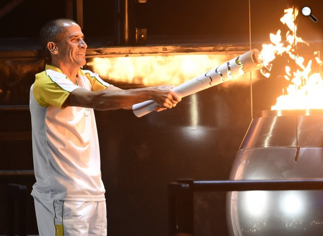 Riói nyári olimpia 2016 - Vanderlei Cordeiro de Lima olimpiai bronzérmes brazil maratoni futó meggyújtja az olimpiai lángot a XXXI. nyári olimpiai játékok megnyitóünnepségén a Rio de Janeiró-i Maracana Stadionban 2016. augusztus 5-én. (MTI Fotó: Kovács Tamás)