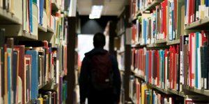 Könyvtár, könyvek és hallgató az egyetemen (Fotó: pixabay.com)