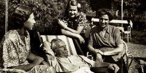 Móricz Zsigmond és három leánya, 1942 (Fotó: Simon Andor/Nyugat/PIM)