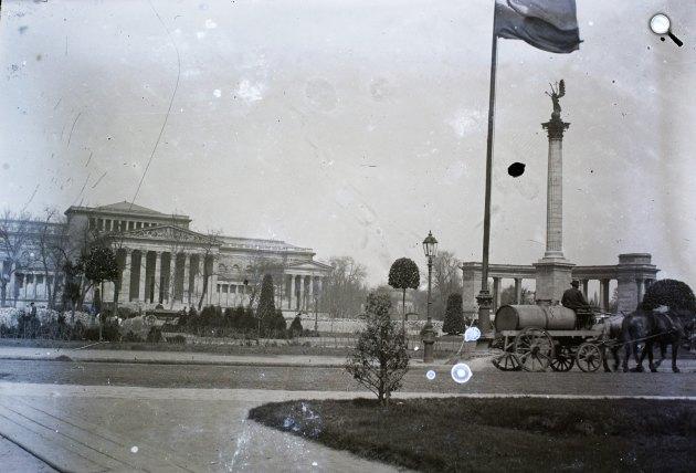 Szépművészeti Múzeum és a Millenniumi emlékmű a későbbi Hősök terén, Budapest, 1909 (Fotó: Fortepan)