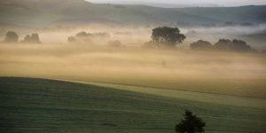 Őszi talaj menti köd látványa a felvidéki Óbást (Stará Basta) közelében (Fotó: MTI/Komka Péter)